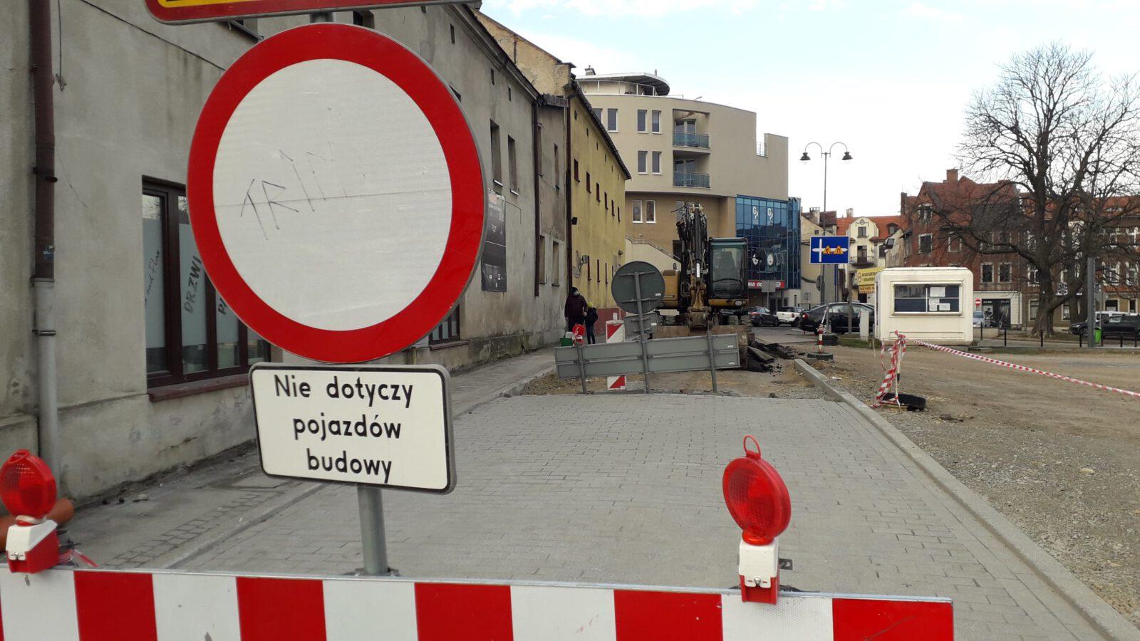 Znak drogowy zakazujący wjazdu na ulicę Stalmacha na czas remontu