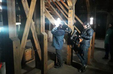 Ekipa filmowa towarzysząca zegarmistrzowi Franciszkowi Wiegandowi przy pracy nad mechanizmem zegara w Ratuszu