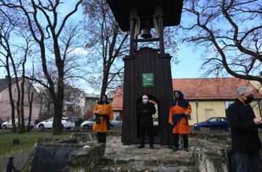 Nowy dzwon na tarnogórskiej Dzwonnicy Gwarków - Burmistrz Arkadiusz Czech i gwarkowie z SMZT