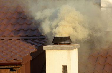 Zdjęcie kopcącego komina