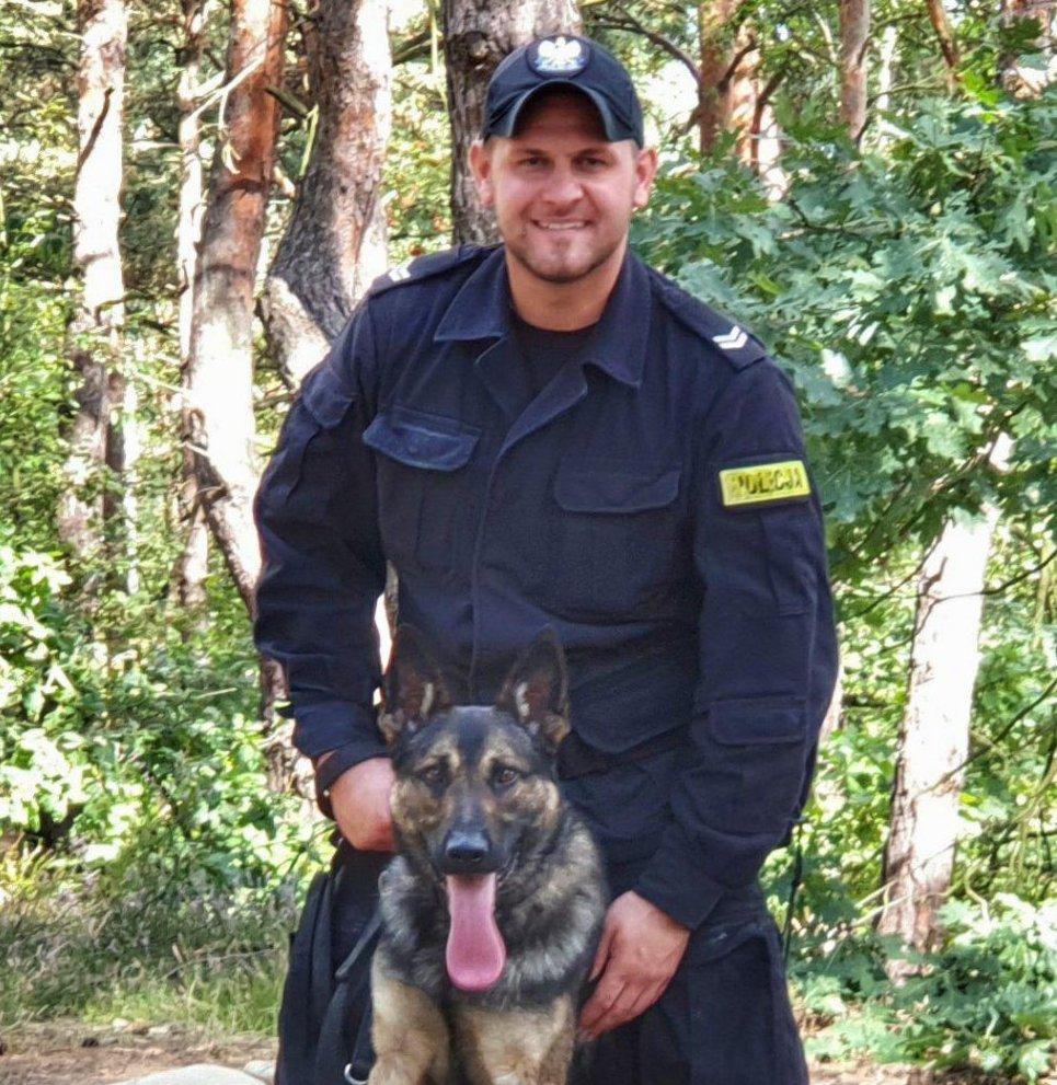Nowy pies policyjny (owczarek niemiecki) Otok ze swoim opiekunem.
