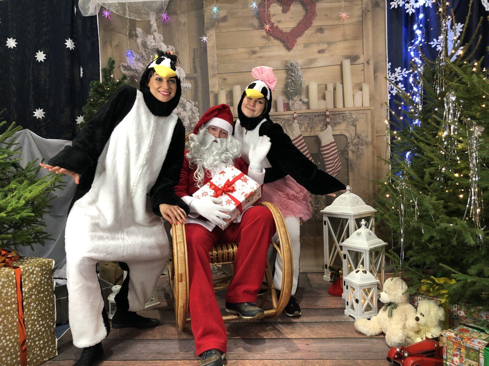 Święty Mikołaj w towarzystwie pingwinów