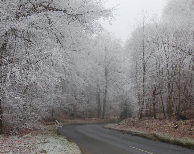Oblodzona droga zimą