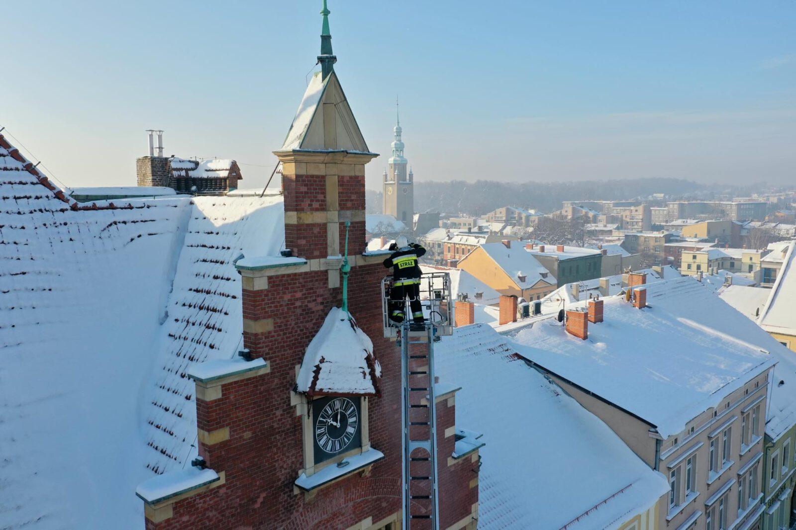 Odśnieżanie dachu Ratusza