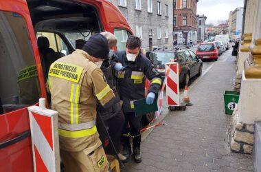 Straż pożarna pomaga seniorom dostać się na szczepienie przeciwko COVID-19