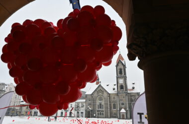 Walentynki 2021 na rynku w Tarnowskich Górach - serca z balonów
