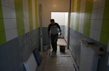 Budowa Centrum Aktywności Seniorów - robotnicy przy pracy
