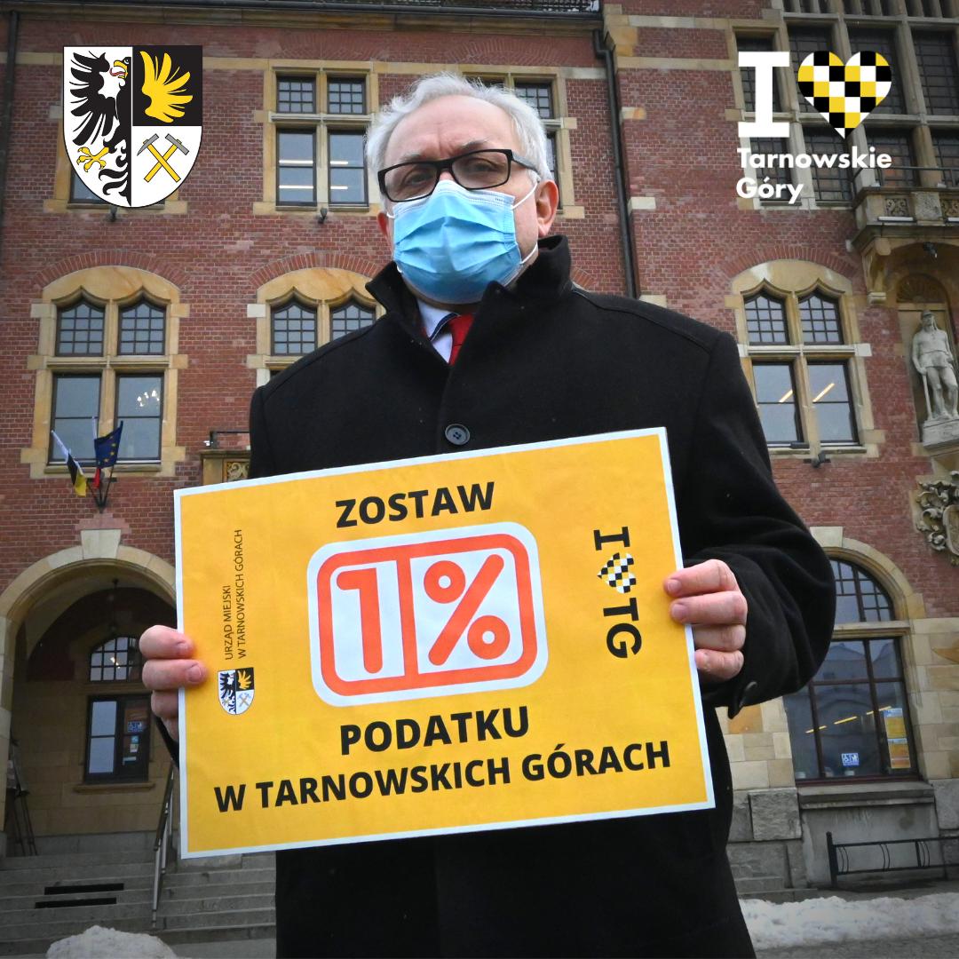 Burmistrz Arkadiusz Czech z plakatem 1 % Podatku w Tarnowskich Górach