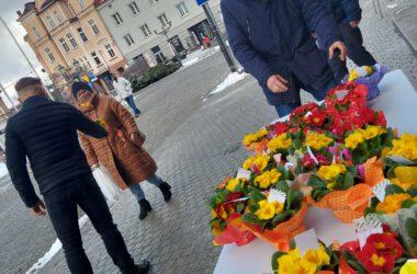 Kwiaty dla mieszkanek Tarnowskich Gór z okazji Dnia Kobiet 2021