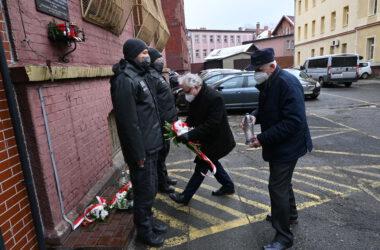 Burmistrz Arkadiusz Czech i wiceprzewodniczący rady miejskiej Franciszek Nowak składają znicze i kwiaty pod pomnikiem katyńskim przy areszcie śledczym