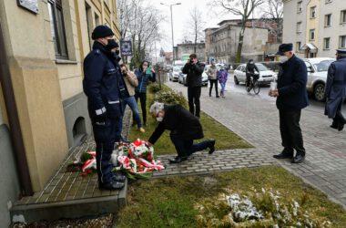 Burmistrz Arkadiusz Czech i wiceprzewodniczący rady miejskiej Franciszek Nowak składają znicze i kwiaty pod pomnikiem katyńskim przy budynku policji