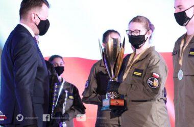 Grupowe zdj∑cie zwycięzców w konkursie Ekstraklasa Wojskowa