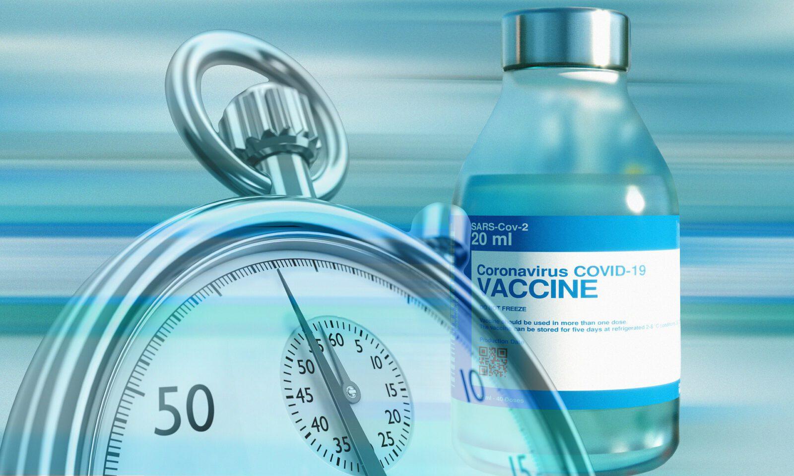 Tarcza zegara z fiolką szczepionki w tle.