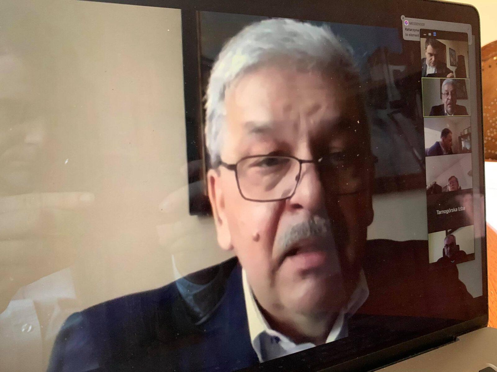 Burmistrz Piotr Skrabaczewski w czasie telekonferencji