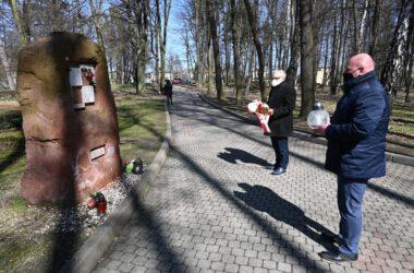 Burmistrz Arkadiusz Czech i przewodniczący Rady Miejskiej Adrian Wolnik składają kwiaty pod pomnikiem ofiar katastrofy smoleńskiej