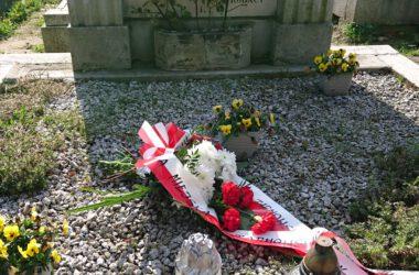 Wiązanki kwiatów od magistratu, na grobach powstańców śląskich