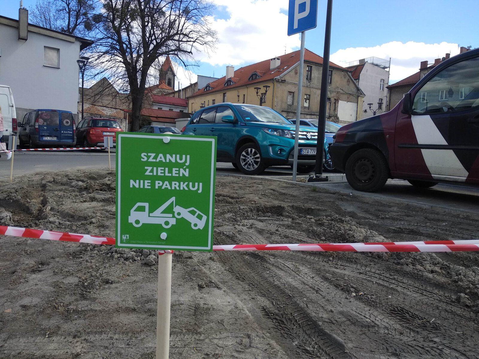 Szanuj zieleń - tabliczki informacyjne na parkingu Tarmilo