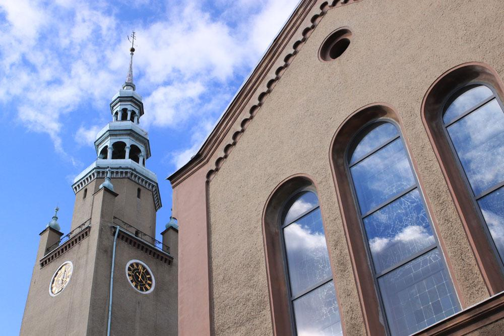 Kościół Piotra i Pawła na tle błękitnego nieba z delikatnymi chmurami.