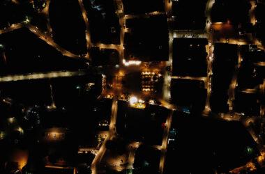 Widok Rynku w Tarnowskich Górach nocą, z lotu ptaka