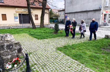 3 maja - władze miasta składają wiązanki kwiatów pod tablicami pamięci