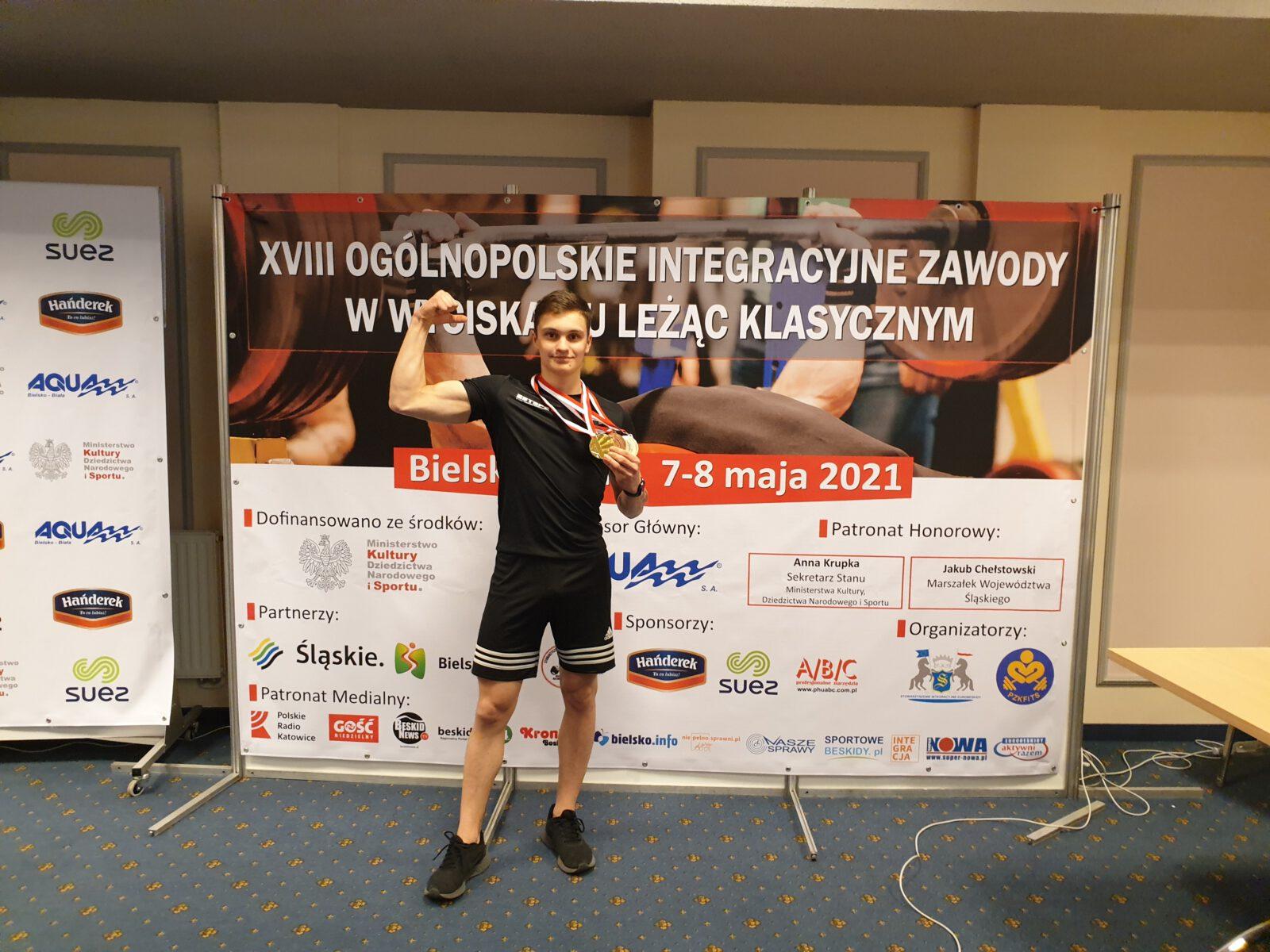 Radosław Dębicki z medalami -