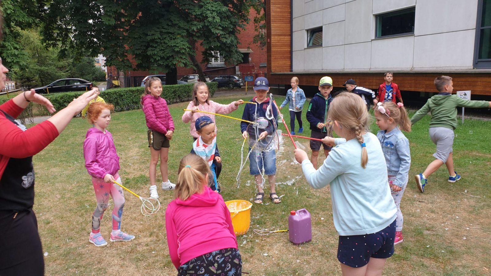 TCK zaprasza na Czwartkowe Psoty - zdjęcie bawiących się dzieci