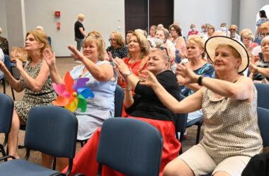 Publiczność z podniesionymi w górę rękami