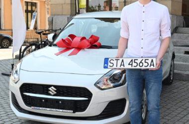 Finał loterii PITowej w Tarnowskich Górach - na fotografii laureat z nagrodą w postaci samochodu Suzuki Swift