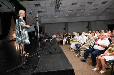 Pani Magdalena Latacz na scenie a w dole publiczność