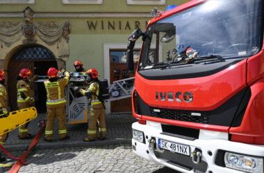 Maska wozu strażackiego i pięciu strażaków w mundurach