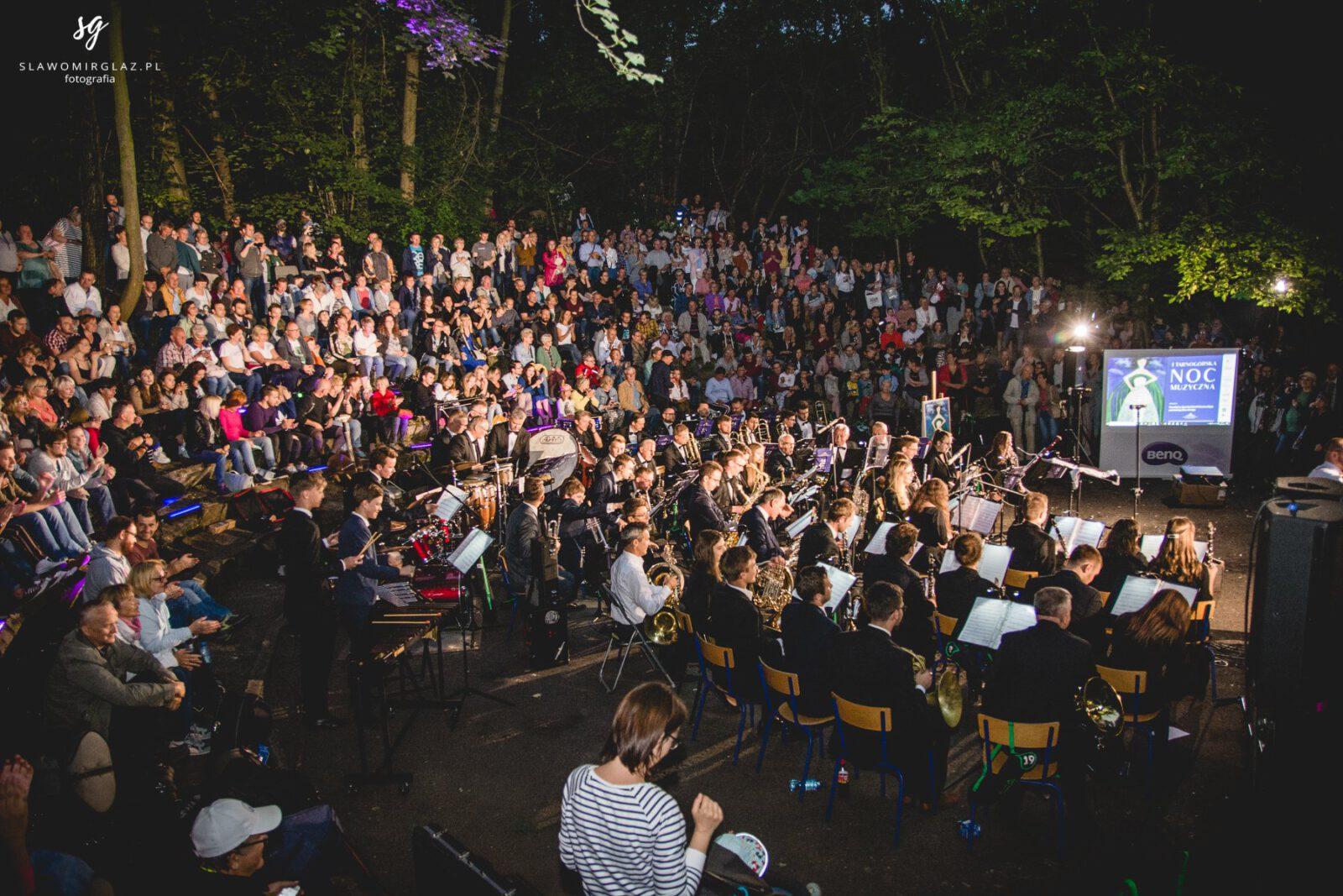 Liczna publiczność i muzycy na koncercie w parku Piny