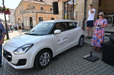 Biały samochód Suzuki Swift na Rynku w Tarnowskich Górach