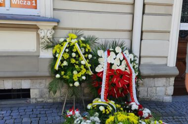 Kwiaty pod tablicą pamięci.