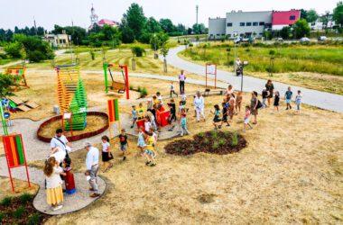 Bawiące się dzieci na placu zabaw mBanku w Starych Tarnowicach z lotu ptaka.