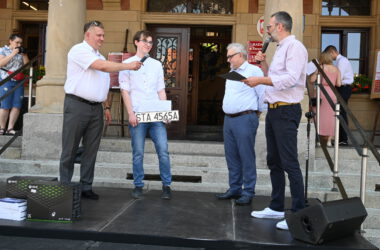 Laureat z Burmistrzem Arkadiuszem Czechem na tle Ratusza