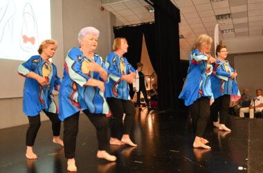 Pięć tańczących seniorek w niebiesko czarnych strojach