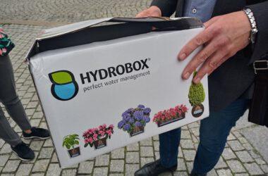 Mężczyzna trzymający karton z napisem hydrobox