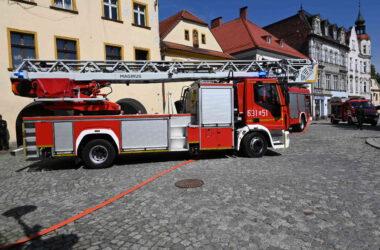 Duży wóz strażacki na rynku w Tarnowskich Górach