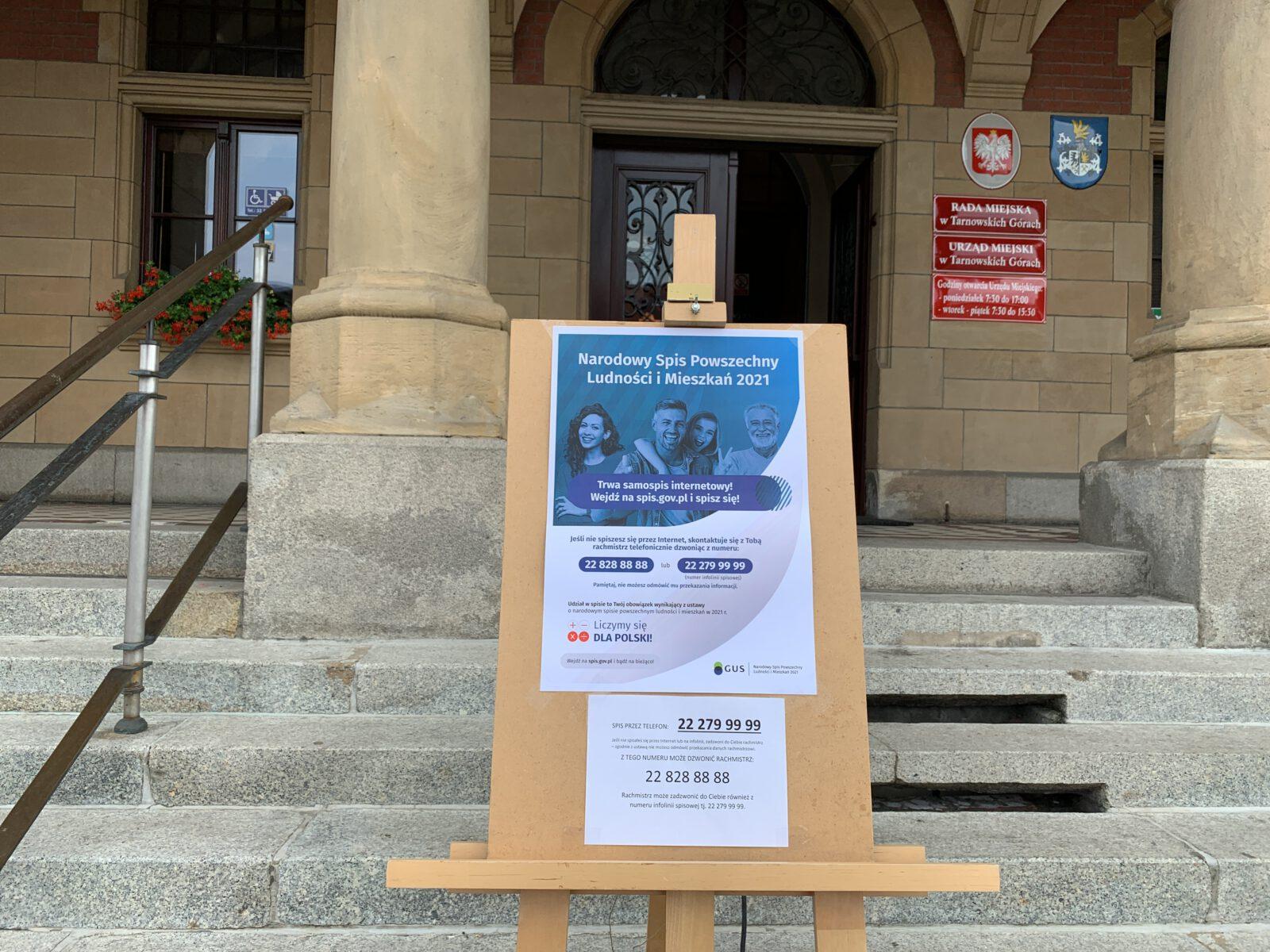 Sztaluga z plakatem NSP 2021 na tle schodów tarnogórskiego Ratusza
