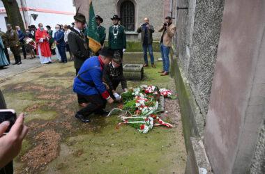 Składanie kwiatów przy tablicy upamiętniającej Poległych Powstańców Ziemi Tarnogórskiej