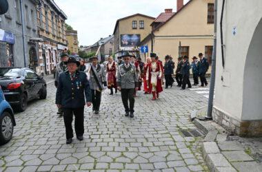 Uroczysty przemarsz na Rynek w Tarnowskich Górach