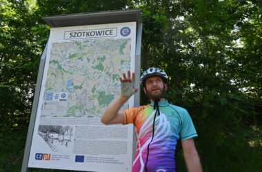 Rowerzysta na tle mapy w parku
