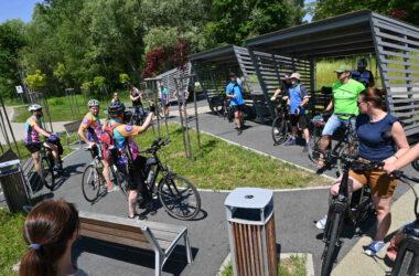 Grupa rowerzystów na tle wiat rowerowych