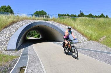 Mężczyzna na rowerze wyjeżdżający z tunelu