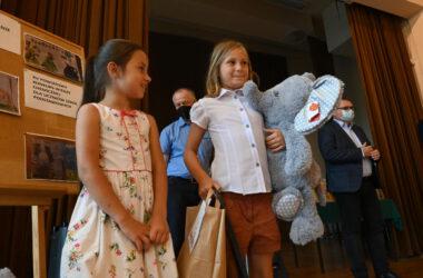 Dwie dziewczynki z nagrodami, w tle Pan Damian Stadler i Pan Andrzej Pilot.