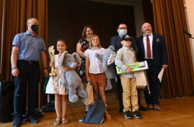 Dwie dziewczynki i chłopiec z nagrodami, Pan Damian Stadler, Pan Andrzej Pilot oraz dwójka nauczycieli.
