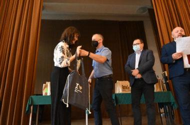 Uczennica przyjmująca nagrodę z rąk Damiana Stadlera, zastępcy Wydziału Kultury Turystyki i Promocji miasta Tarnowskie Góry obok Pan Andrzej Pilot.