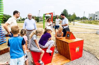 Burmistrz Tarnowskich Gór Arkadiusz Czech i pięcioro dzieci na nowym placu zabaw mBanku