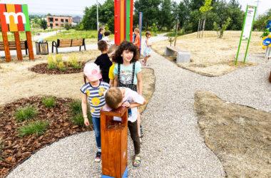 Grupa dzieci na nowym placu zabaw mBanku w Starych Tarnowicach