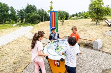 Trzech chłopców i jedna dziewczynka na placu zabaw mBanku w Starych Tarnowicach